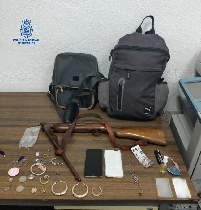 La Policía Nacional detiene a un hombre al ser sorprendido por el propietario en el interior de su vivienda