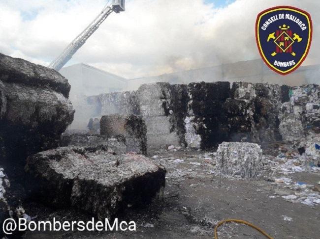 Bomberos de Mallorca siguen trabajando en el incendio industrial exterior en el Polígono de Marratxí