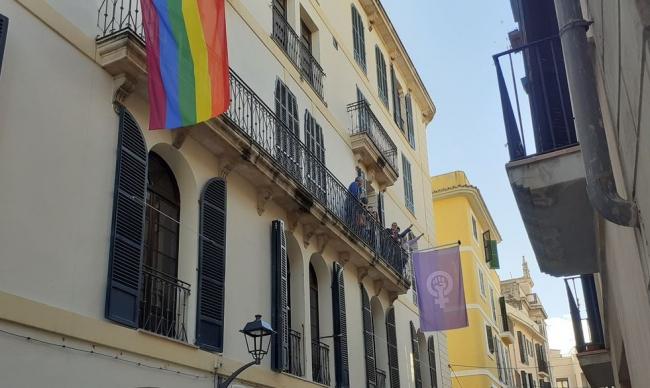 La bandera feminista ya ondea en el centro Flassaders