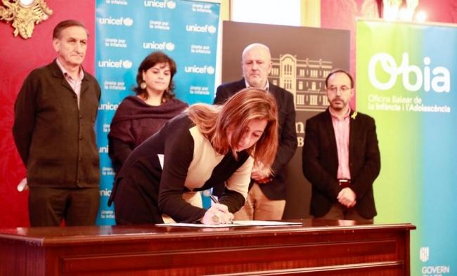 La presidenta de las Illes Balears firma la adenda al Pacto Balear para la Infancia