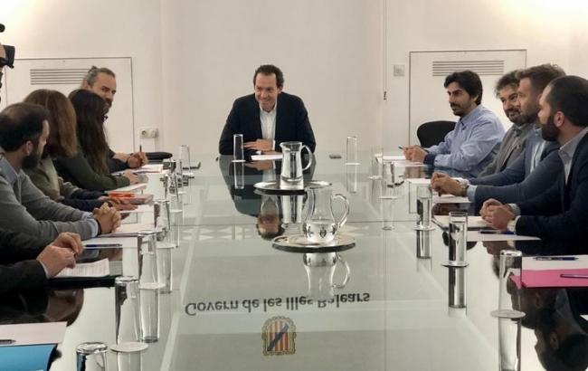 El conseller Pons y los agentes inmobiliarios anuncian una norma que fijará condiciones para ejercer en el sector