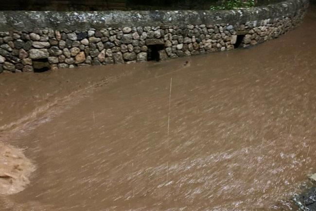 Las inundaciones y los desprendimientos han obligado a hacer cortes de circulación en varias carreteras de la isla