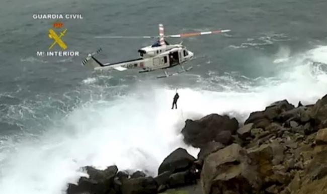 Un Guardia Civil se lanza al mar y rescata a una persona que cayó al agua
