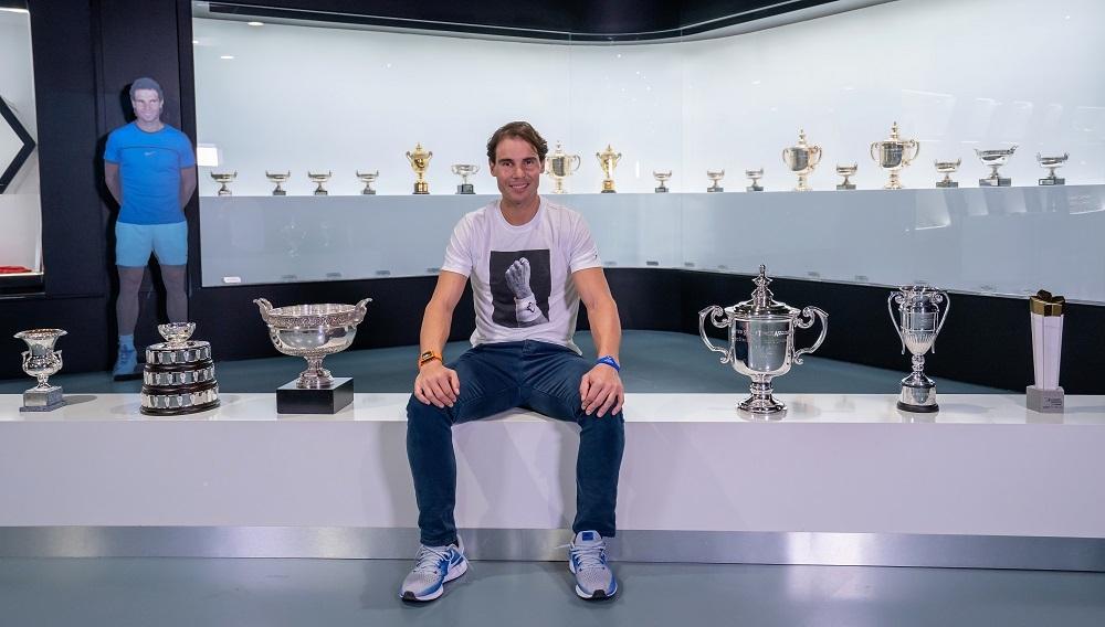 Rafa Nadal posa con sus trofeos de 2019