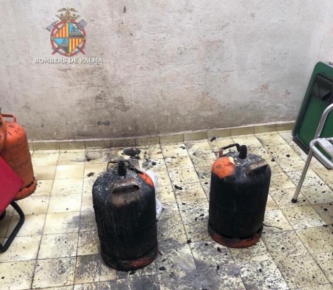 Bomberos de Palma apagan un incendio con cinco personas durmiendo en el piso