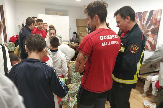 Los Bomberos de Mallorca reparten juguetes a menores tutelados por el IMAS