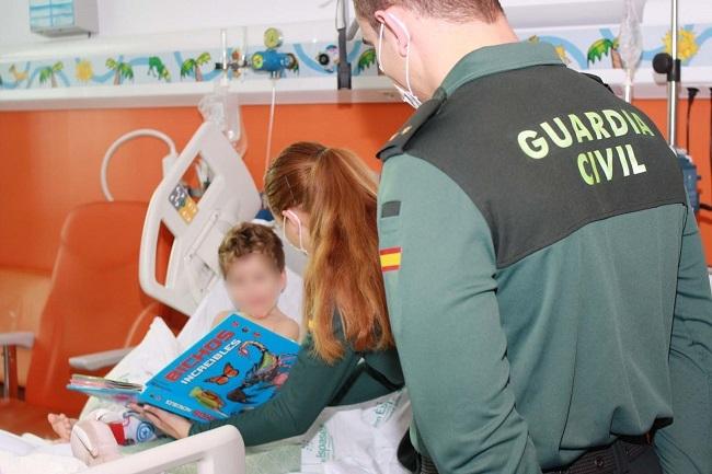 La Guardia Civil entrega en Son Espases y en dos asociaciones, juguetes nuevos donados por guardias civiles y sus familias