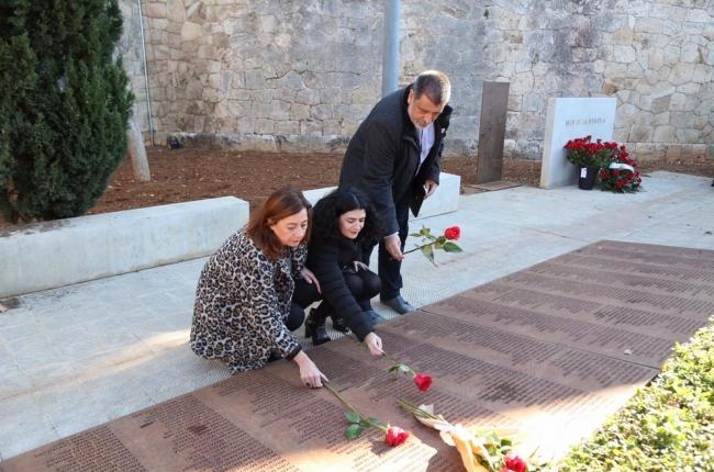 El Govern hace entrega de los restos mortales de Juana Baño a su familia y le rinde homenaje en el Muro de la Memoria de Palma