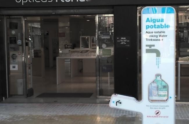 Instalan una nueva fuente de agua potable filtrada en la plaza de Pere Garau de Palma