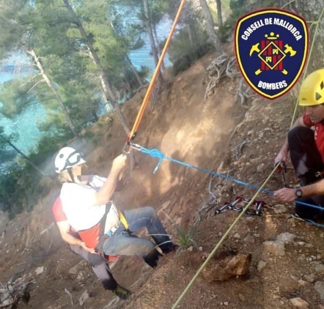 Bombers de Mallorca rescatan a dos excursionistas en Cala Clara