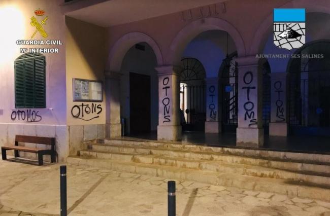 La Guardia Civil y la Policía Local de Ses Salines identifican al autor de unas pintadas en edificios