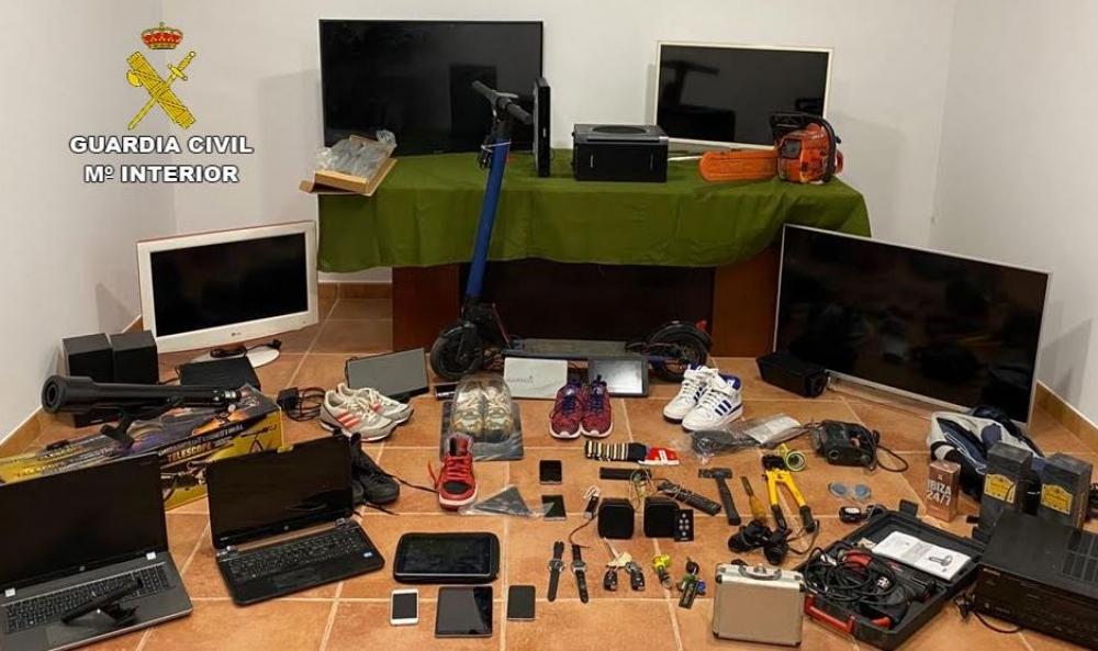 La Guardia Civil detiene a dos jóvenes por 40 robos en viviendas, comercios y vehículos de Campos