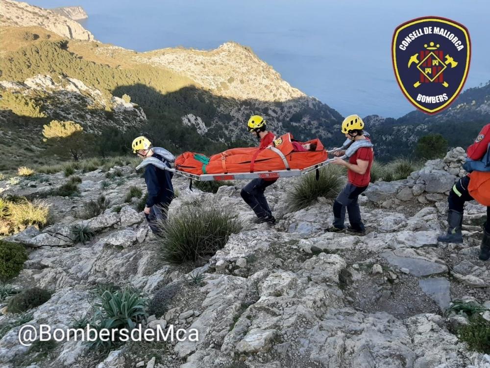 Los bomberos rescatan en Alcúdia a una excursionista lesionada en la espalda
