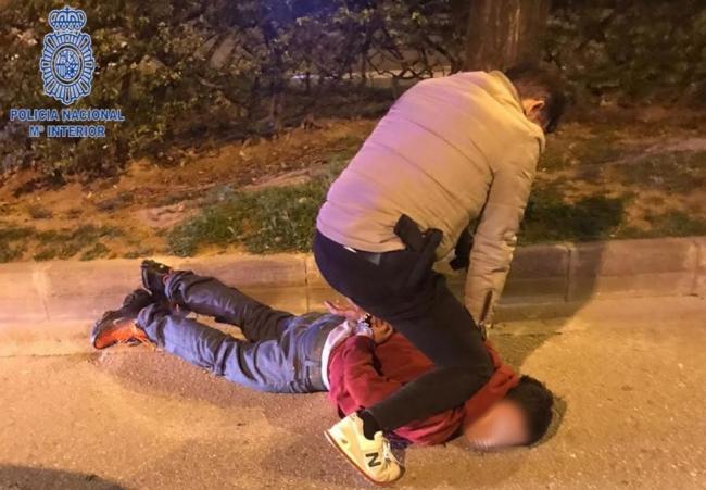 La Policía Nacional detiene a un hombre por robar a un viandante con un cuchillo
