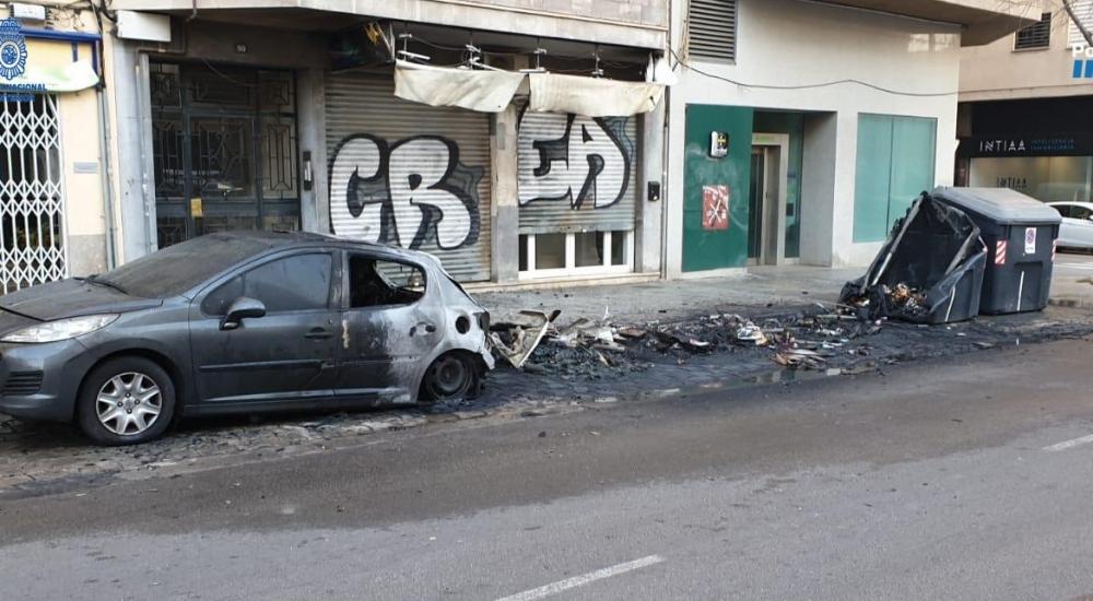 Un detenido por quemar cuatro contenedores, un coche y daños en la fachada