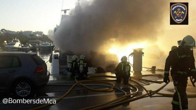 Bomberos de Mallorca controlan un fuego en una embarcación de Puerto Portals
