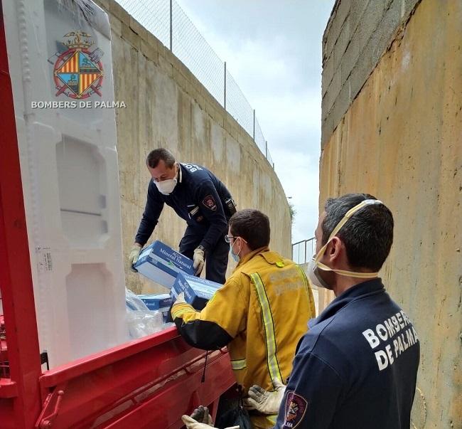 Bomberos de Palma ayudan en traslado de material para el centro de confinamiento de personas sin recursos