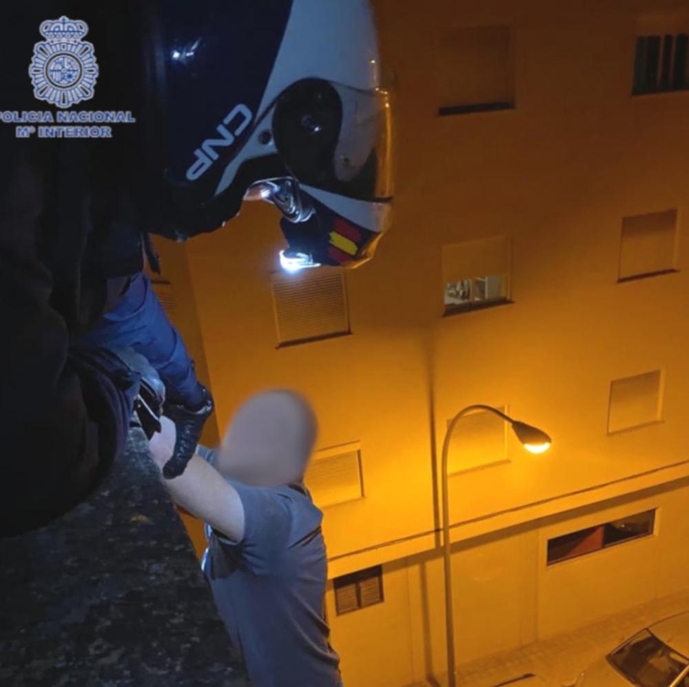 Se resiste a la detención y casi  lanza al vacío al policía que le ayudaba