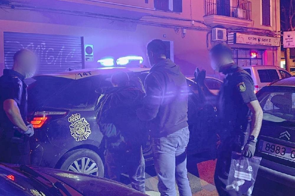 La Policía Nacional detiene -in fraganti- a dos hombres que acababan de entrar en un vehículo para robar