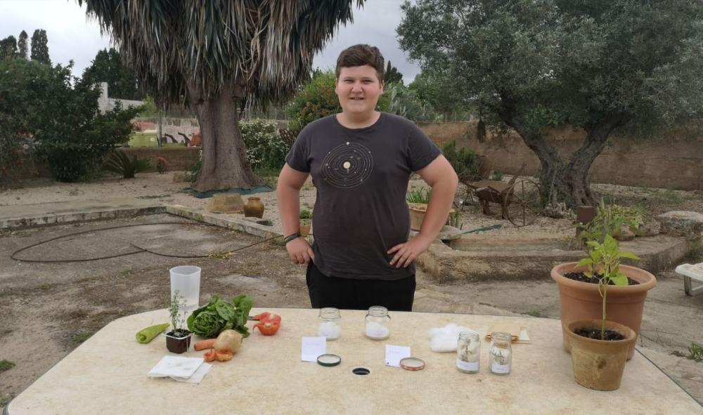 Miquel Montoro enseña a los alumnos de primaria a hacer planteles de productos locales en casa