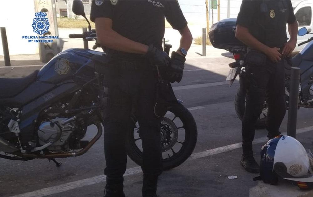 La Policía Nacional detiene a un hombre con una bolsa de basura que contenía dos kilos de marihuana