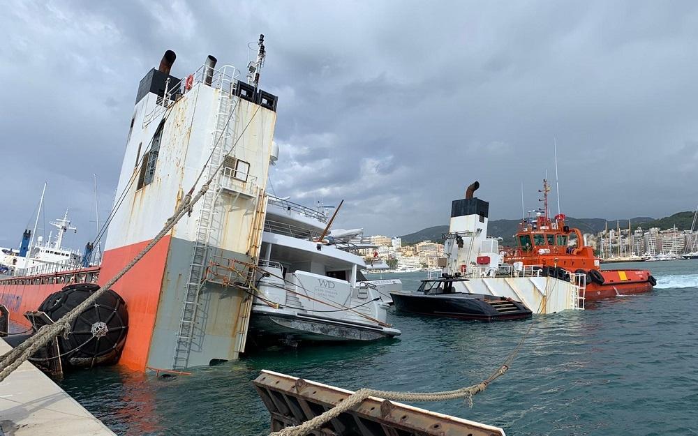 Un barco mercante que transportaba yates se hunde parcialmente en el muelle de Palma