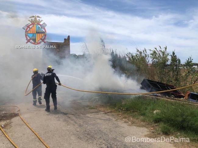 Incendio provocado por basura al lado del campo de futbol del Roulet