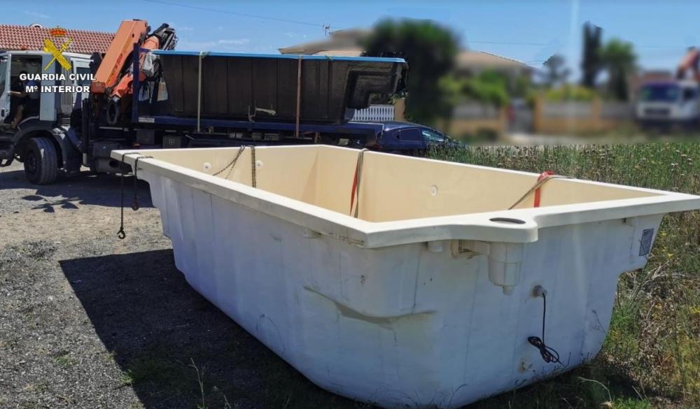 La Guardia Civil recupera dos piscinas y un remolque robadas en una nave del polígono industrial de Santa María