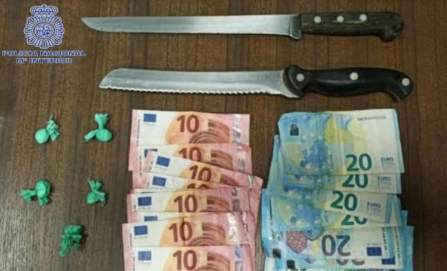 Un detenido por la Policía Nacional tras amenazar a los clientes de un bar con dos cuchillos