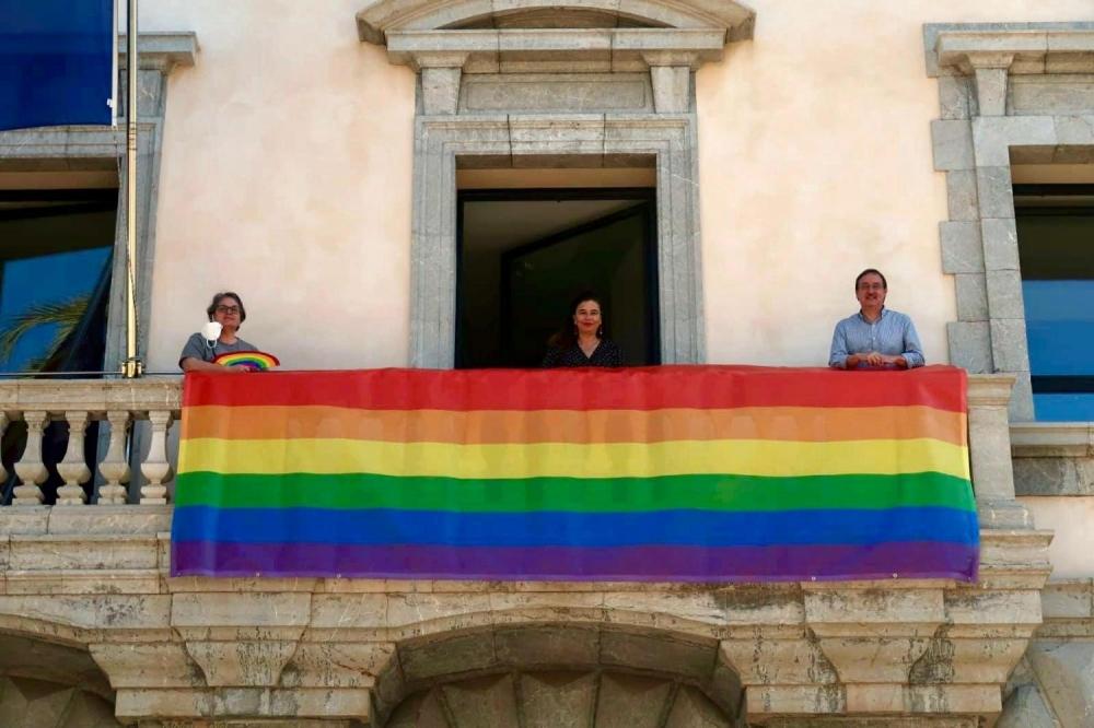 La bandera del arcoíris luce en la fachada de la Conselleria de Presidencia