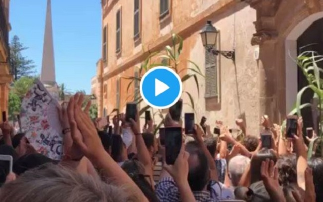Un gran grupo de gente celebra Sant Joan en Ciutadella sin mascarillas y sin guardar distancias