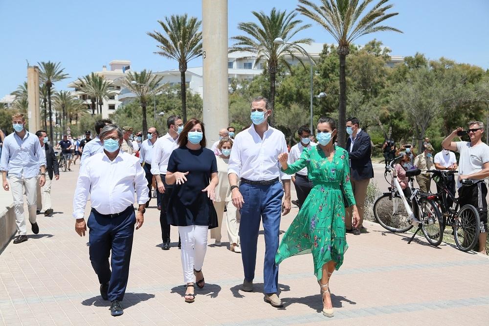 Los Reyes, la presidenta Armengol y la ministra Maroto han paseado por la Playa de Palma