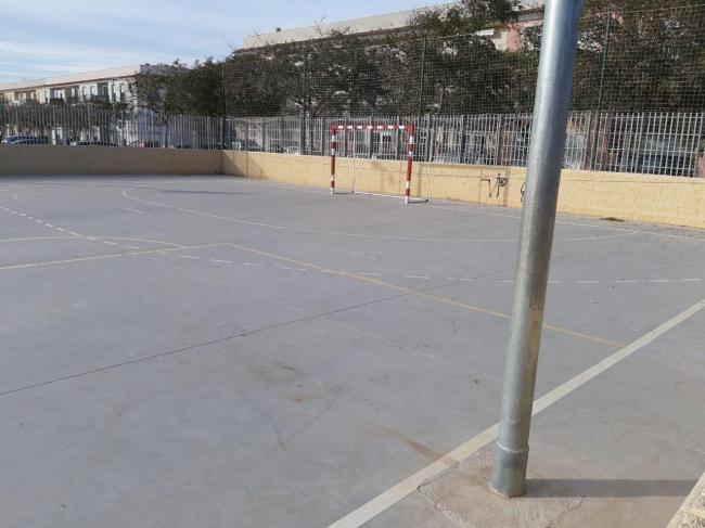 Alertan del peligro que suponen los muros y postes de la pista multiusos de Es Pil.larí