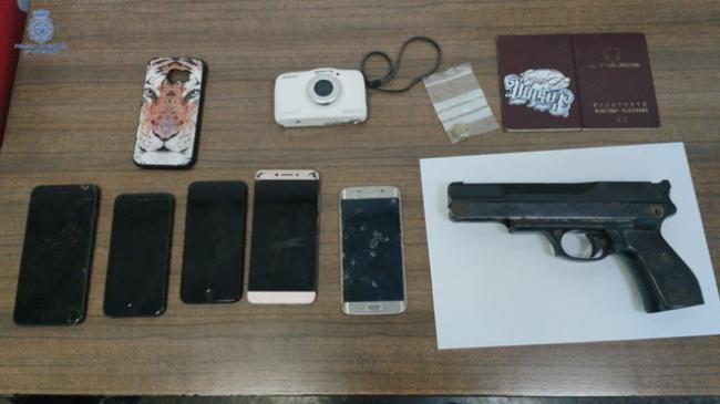 Un detenido por forzar los tornos de la estación de metro, portando un arma simulada