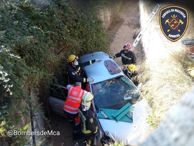 Accidente en la autopista de Inca, sale de la rotonda y cae en la cuneta
