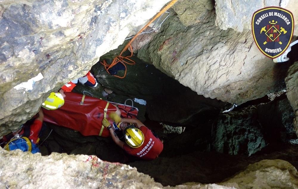 Rescatan a un pescador tras caer en un agujero de 5 metros en Alcúdia