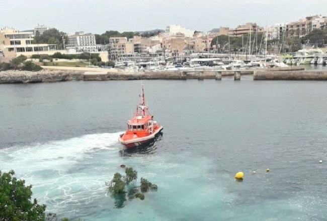 Salvamento marítimo y bomberos de Mallorca colaboran para quitar un pino de la costa de Porto Cristo