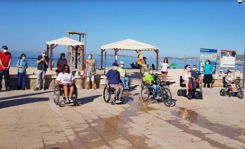 """Personas con discapacidad claman contra la """"dejadez"""" del Ayuntamiento de Palma para eliminar las barreras en las playas del municipio"""