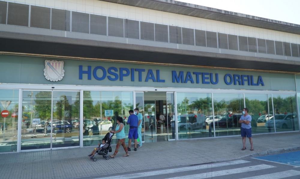 Armengol y Gómez visitan el laboratorio de bioquímica del Hospital Mateu Orfila
