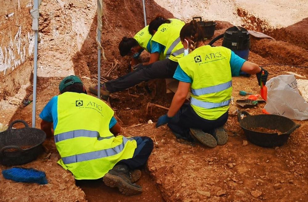 Aparecen los primeros restos de mujeres enterradas en Son Coletes