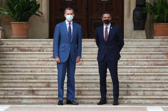 Pedro Sánchez informa al rey en Palma sobre la evolución de la emergencia sanitaria