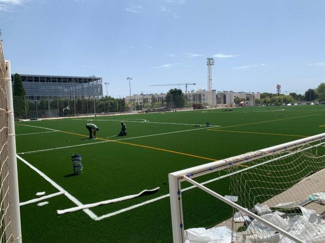 Inician el cambio de césped del campo de fútbol de Sant Ferran