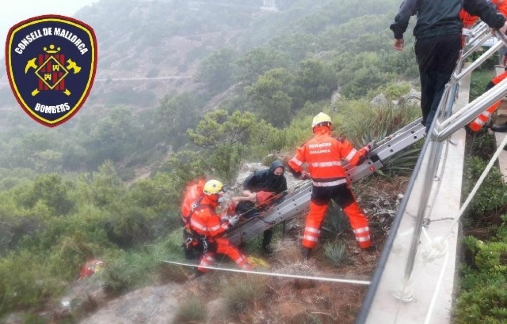 Bomberos de Mallorca rescatan a un hombre atrapado por una gran piedra en un acantilado