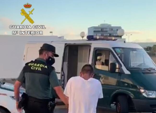 La Guardia Civil detiene a dos varones por 7 robos en interior de vehículos y estafa en la isla de Ibiza