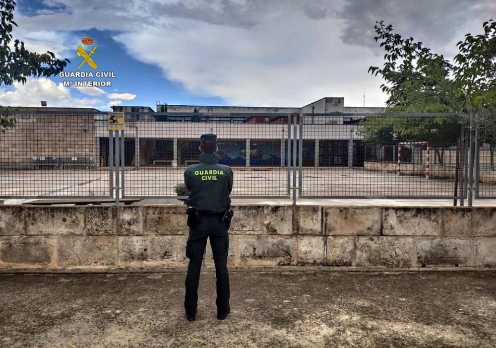 La Guardia Civil ha detenido a dos jovenes por robo en el Colegio Público de Sencelles