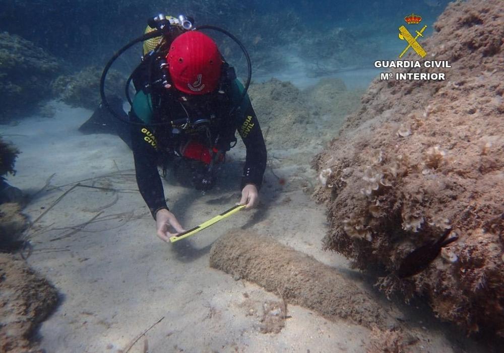 La Guardia Civil ha denunciado  a un individuo por retirar la señalización submarina de un  artefacto explosivo en Baleares