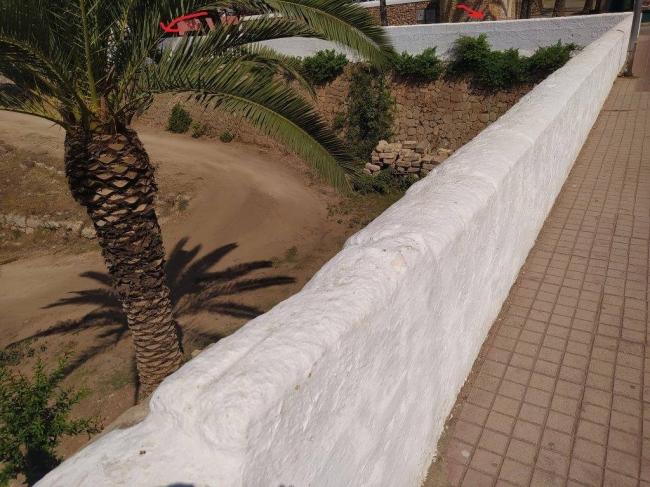 Cs Ciutadella: la baja altura de la pared del parque infantil de Dalt es Penyals es un peligro