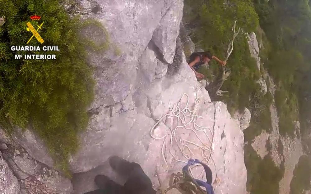 La  Guardia  Civil realiza un peligroso  rescate  a  dos  mujeres  en el Puig de Galatzó