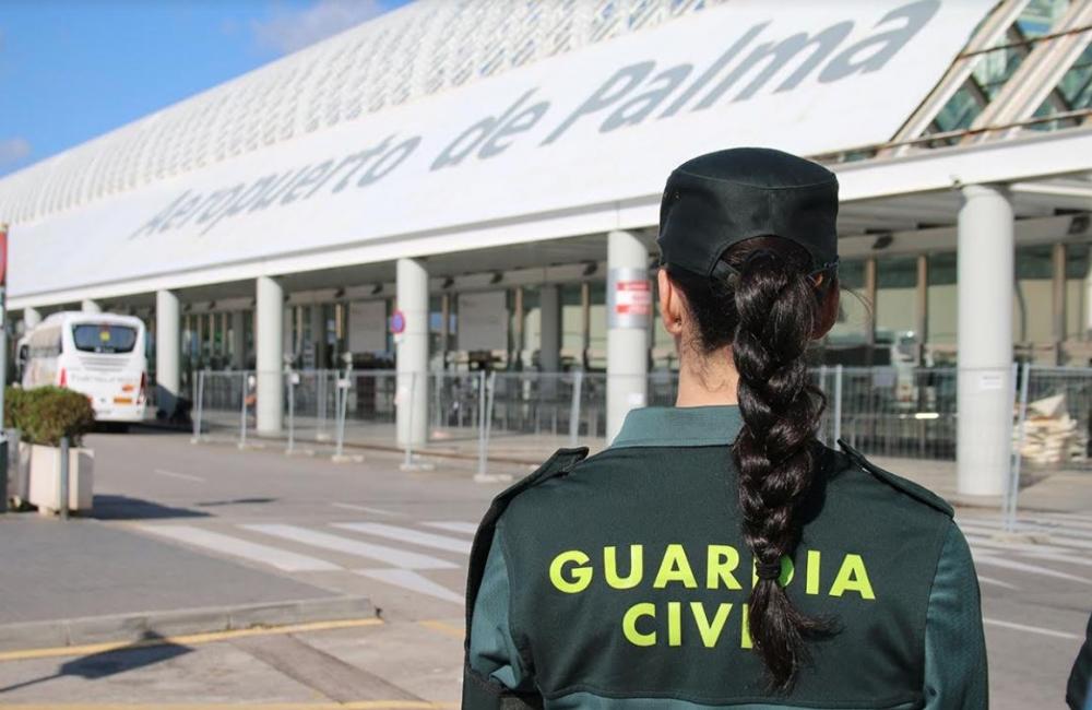 La  Guardia  Civil detiene a un hombre que arrancó a otro un trozo de oreja de un mordisco en un avión