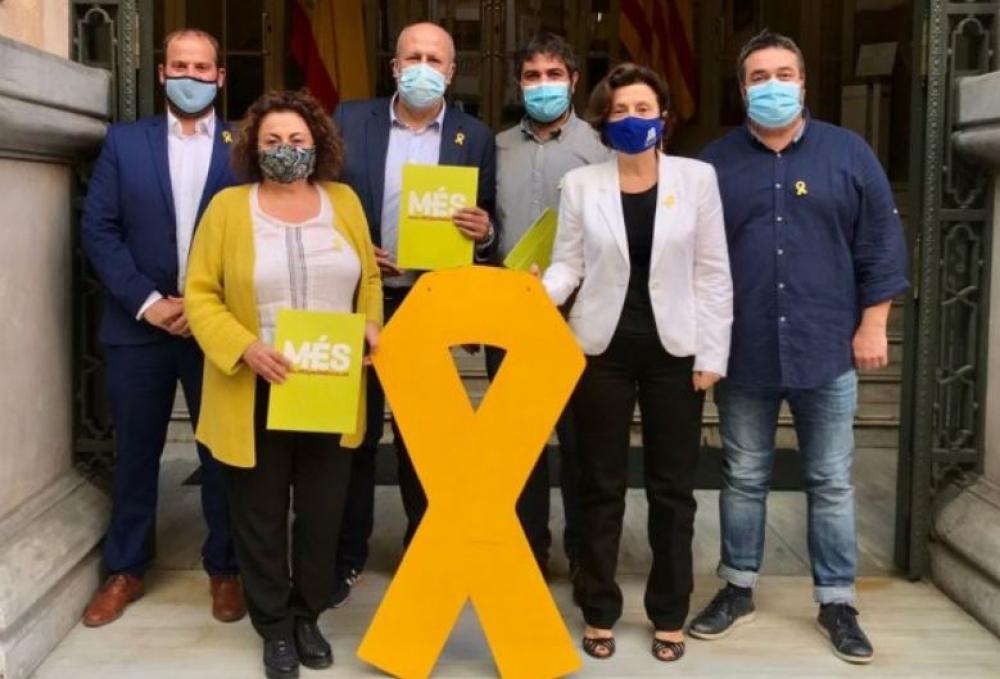 Los diputados de MÉS vuelven a colgar el lazo amarillo en la fachada del Parlament
